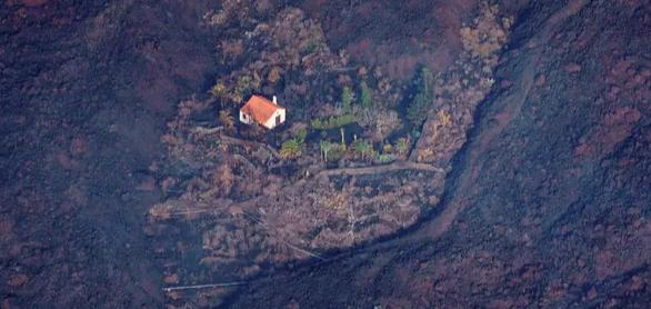 """""""المنزل المعجزة"""".. بيت وحيد ينجو من الحمم البركانية في جزيرة لا بالما"""