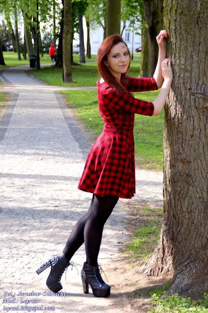 14.05.2017 Sukienka w czerwono-czarną kratkę, czarne lity z ćwiekami, czarne rajstopy