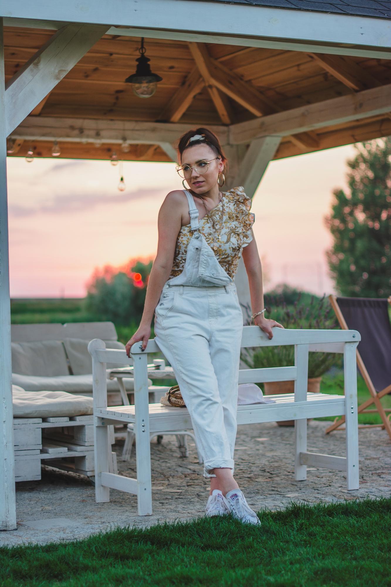 blog modowy blogerka modowa karyn puławy beżowe ogrodniczki pull and bear top na jedno ramie w kwiaty reserved trampki białe reserved stylizacja look sielski look blog o modzie