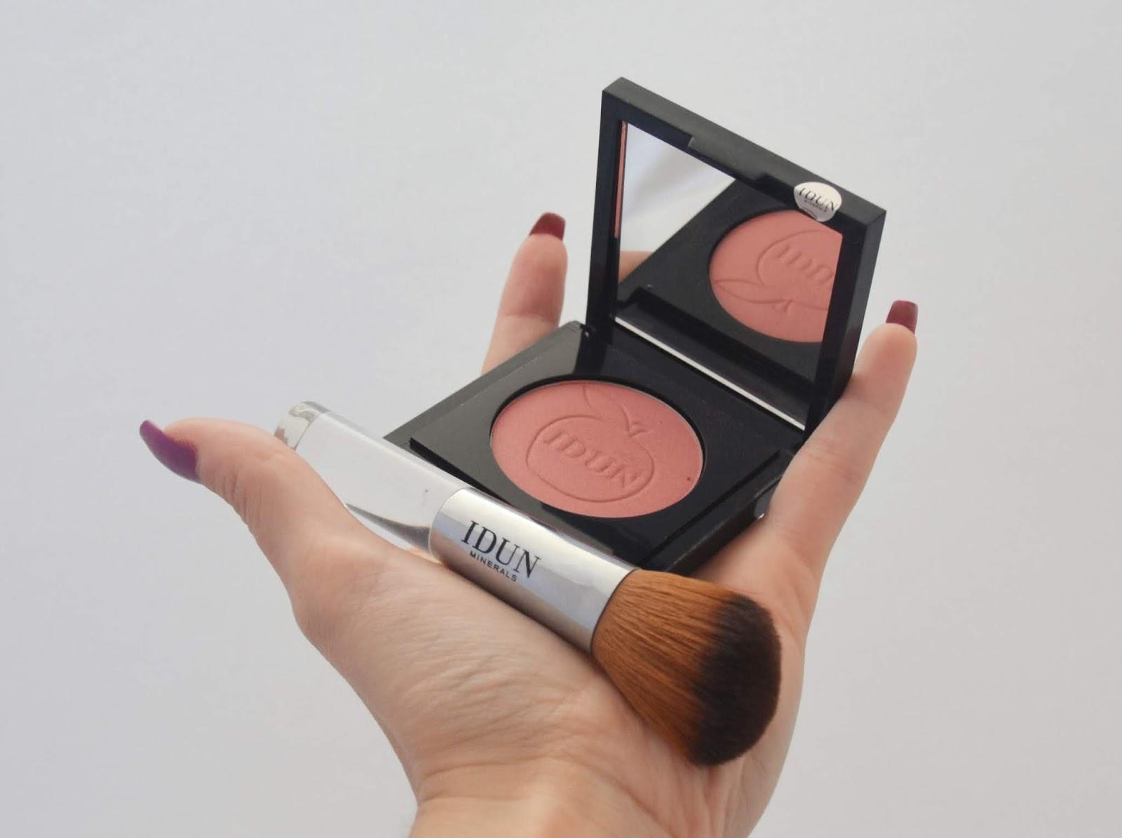 idun-minerals-smultron-blush-brush