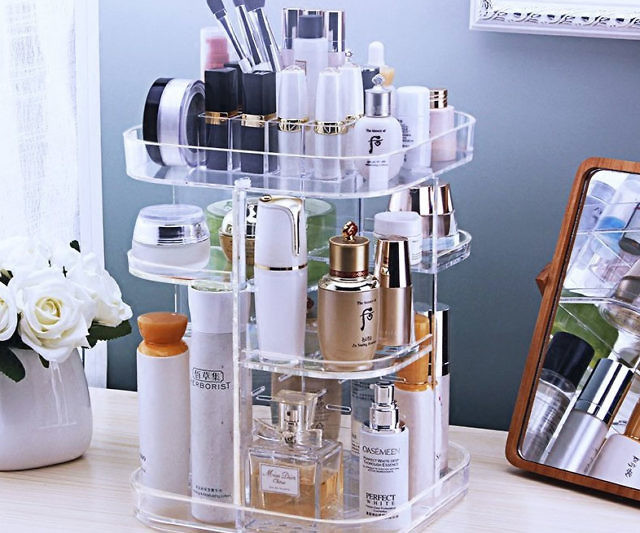 This rotating makeup organizer is the key to keeping all your makeup and accessories tidy and always at hand. It comes with 12 compartments with enough room to store up to 60 makeup brushes and 30 skincare products in addition to other accessories.
