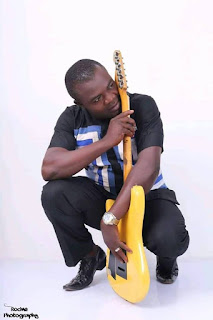 Entertainment: Popular Nigerian musician slumps, dies while performing on stage [PHOTO]