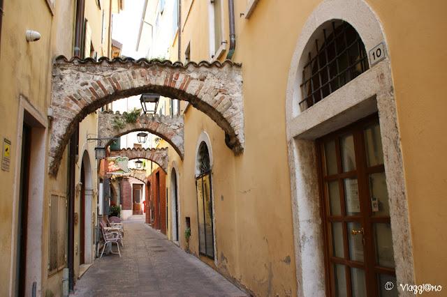 Via del centro storico di Garda