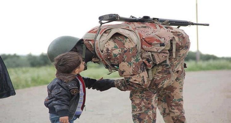 جندي أردني يصافح طفل سوري بيده اليسرى و السبب لا يصدق