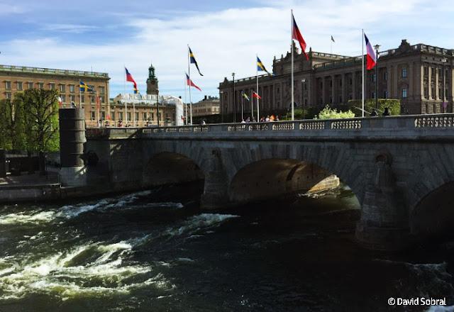 Puente Norrbro y el Palacio Real de Estocolmo al fondo