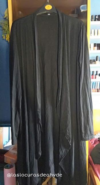 chaqueta negra larga con corte desigual