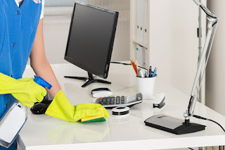 قم بتعقيم مكان عملك ومكتبك وجهازك حاسوبي