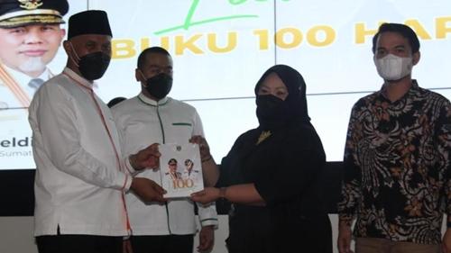 Buku 100 Hari Kepemimpinan Mahyeldi - Audy Joinaldy di Sumbar Diluncurkan