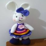 http://novedadesjenpoali.blogspot.com.es/2016/01/patron-coneja-con-vestido.html