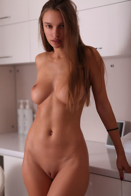 llacivious naked girl with fit body and nice tits and shaved pussy in erotic pose