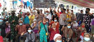 Tinjau Pelaksanaan Serbuan Vaksinasi di Samosir, Kapolda Sumut dan Pangdam I/BB Salurkan Bansos.