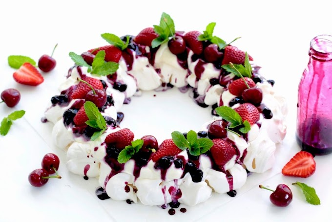 Pavlova Wreath With Berry Compote