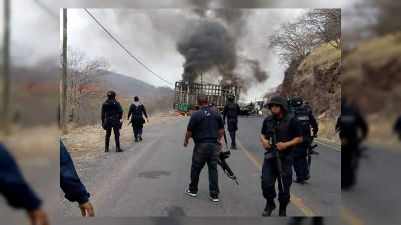 Aguililla; Michoacán amanece con Narcobloqueos carreteros por guerra del CJNG y Carteles Unidos en El Aguaje