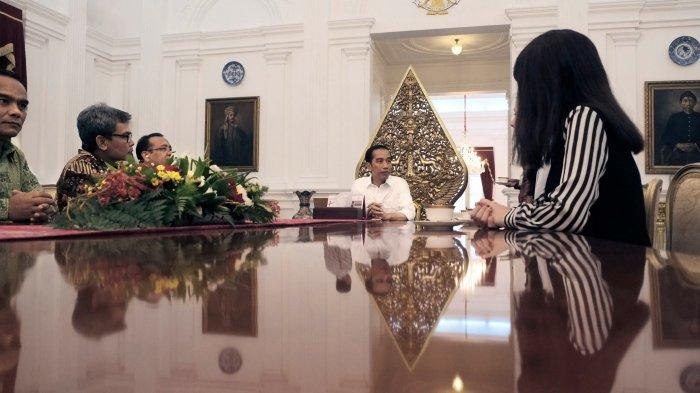 Heboh 'Penampakan' di Foto Jokowi, Bisa Temukan?