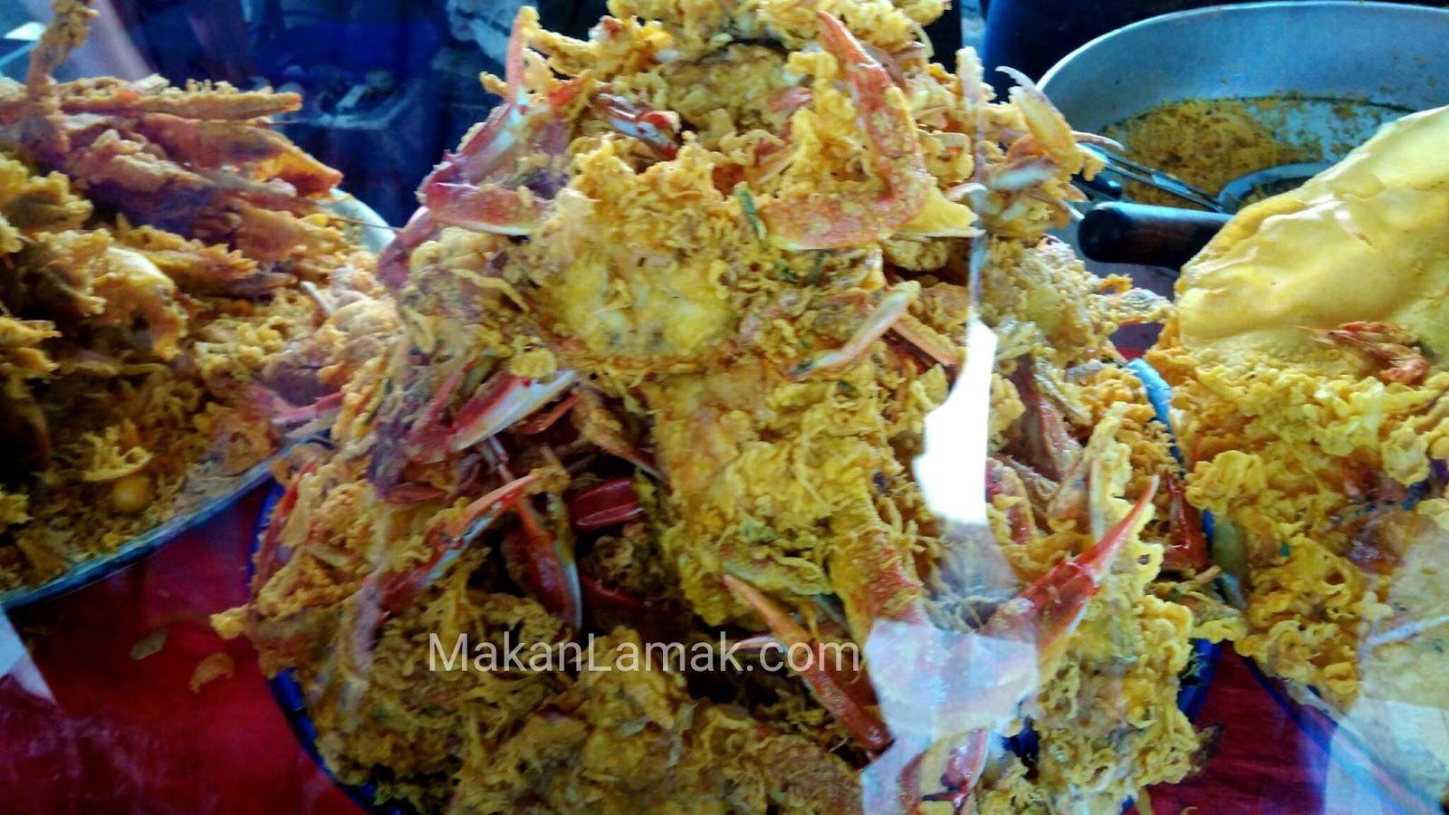 cemilan goreng kepiting yang dapat ditemui di pantai gandoriah pariaman