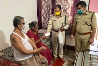jamshedpur-police-serving-senior-citizen