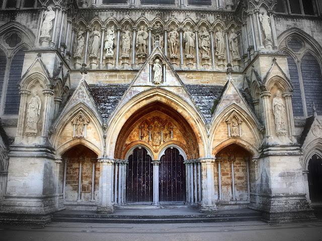 Eines der Portale der Kirche