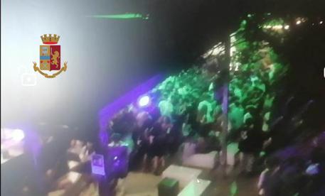 Gallipoli (Le): multa e chiusura locale, centinaia di giovani ballavano oltre ad essere assembrati e senza mascherine