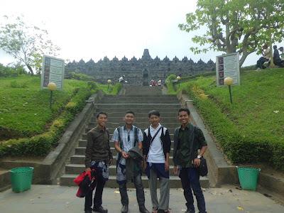 Foto Tepat di Depan Tangga Masuk Candi Borobudur