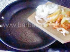 Omleta taraneasca cu branza si sunca preparare reteta - calim ceapa si ardeiul