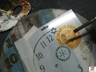 reloj de madera con stencil