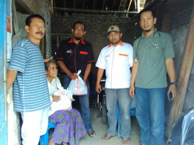 Team Lazismu KL Pakusari bersama dr. Nur Rakhman dan Ketua RT dirumah Senimin