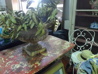 Mesa de marmol y silla de forja, desembalaje de cantabria, torrelavega