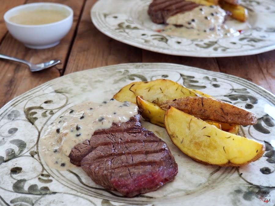 Filete de ternera a la plancha con salsa de pimienta verde y patatas rústicas horneadas
