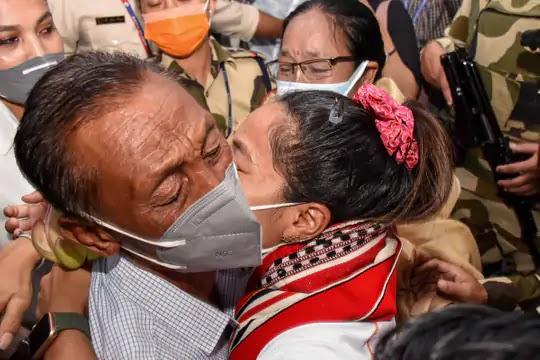VIDEO में देखें सिल्वर गर्ल का ग्रेंड वैलकम: संघर्ष के बाद सफलता का अनुभव यही होता है, इम्फाल में मीराबाई चानू के स्वागत के लिए लगी कतार, मणिपुर CM खुद रिसीव करने पहुंचे, अब एडिश्नल एसपी साहिबा कहलाएंगी
