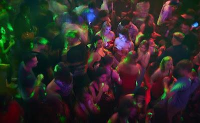 Orang-orang merayakan di klub malam MAD (Moulin a Danse) pada malam pertama setelah langkah-langkah COVID-19 dilonggarkan yang memungkinkan pembukaan kembali diskotek dengan kapasitas penuh dan tanpa masker setelah penyerahan sertifikat COVID di Lausanne, Swiss, Sabtu pagi, 26 Juni 2021. AP