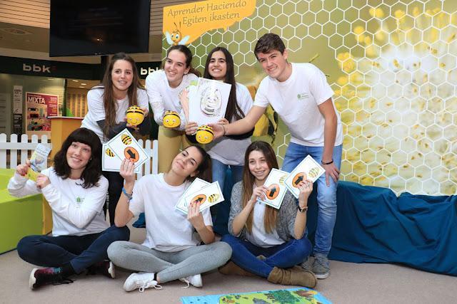 Estudiantes del colegio El Regato en los talleres sobre abejas en Max Center