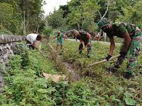 Wujudkan Lingkungan Bersih, Satgas Yonif Raider 100/PS Bekerjasama Dengan Warga Gelar Karya Bhakti Pembersihan Jalan
