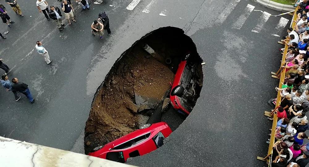 سقوط 3 سيارات في حفرة مليئة بالماء المغلي... فيديو