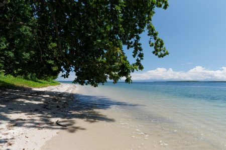 Pantai Kupa-kupa Keindahan Pulau Halmehara Maluku Utara