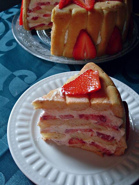 Šarlota sa jagodama i piškotama torta koja se ne peče