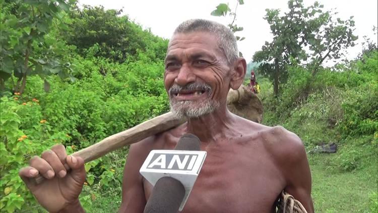 Homem indiano passa 30 anos cavando sozinho um canal de água para sua aldeia