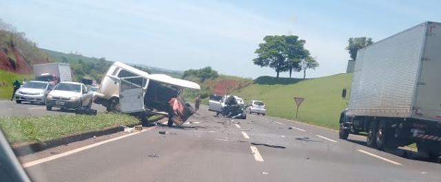Marialva: Kombi fica destruída após colisão com Fiat Toro