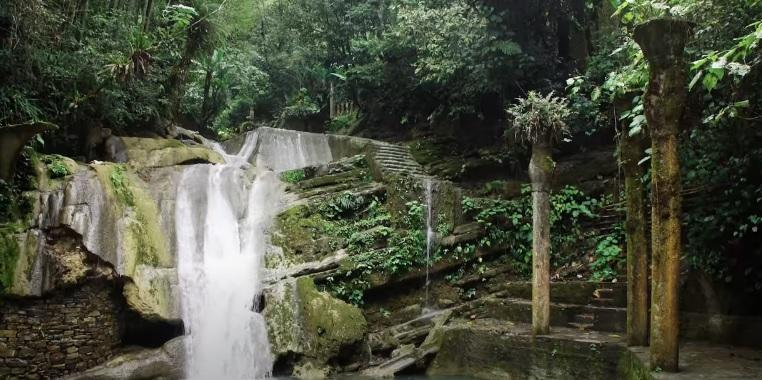 Las Pozas cascada y rio con agua fluyendo de dia