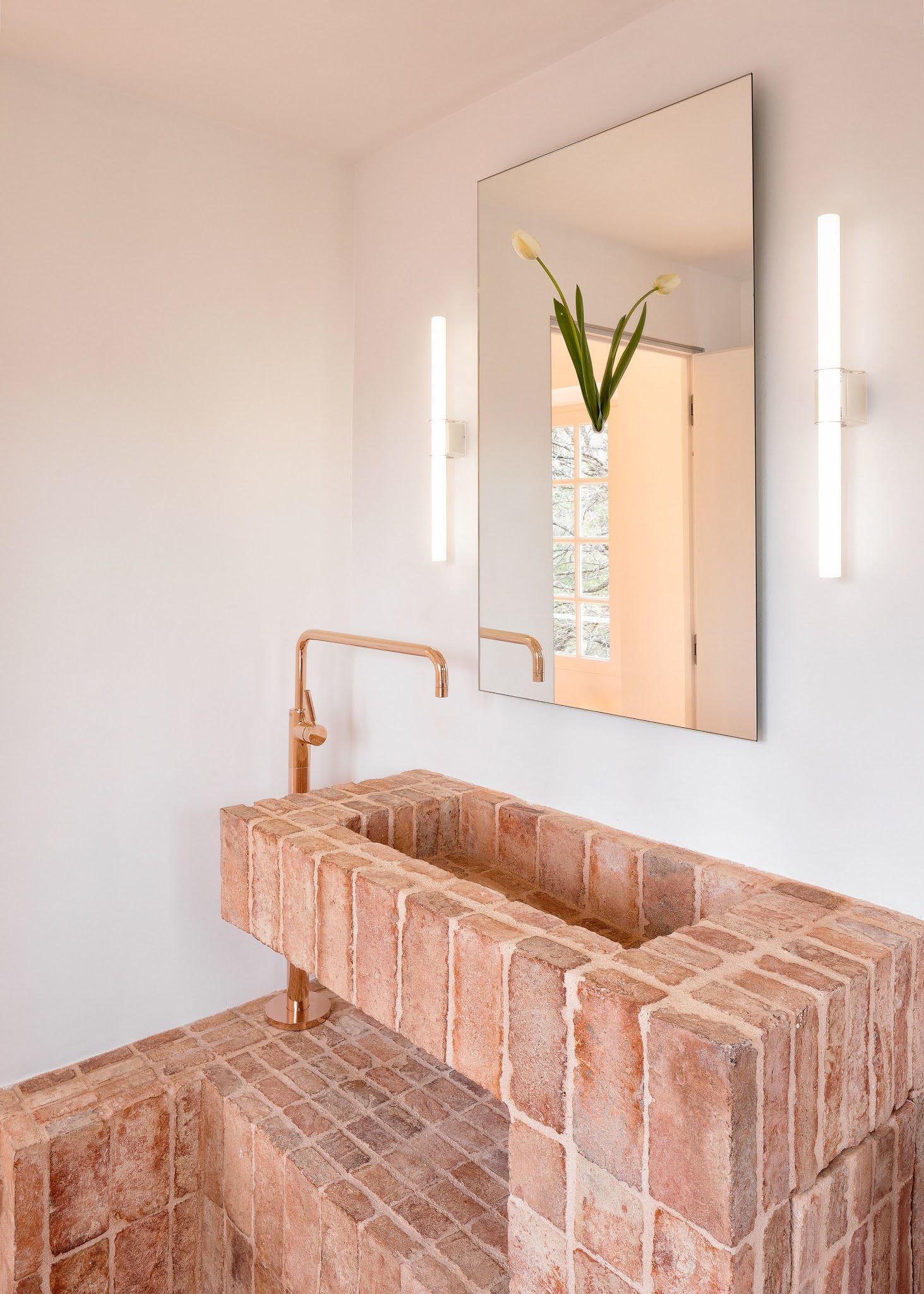 ilaria fatone inspirations détail d'une vasque de salle de bains en brique