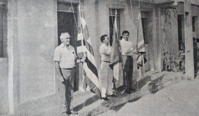 Manhã de 19.04.1991: Padre Sérgio Ielmetti e os vereadores Washington Cantanhede e Francisco Eduardo Costa hasteiam as bandeiras em frente à Câmara Municipal.