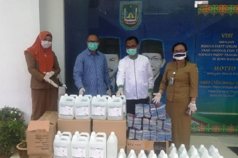 Anggota DPRD Batam Serahkan Bantuan Alat-alat Kesehatan Kepada Tim Medis RSUD