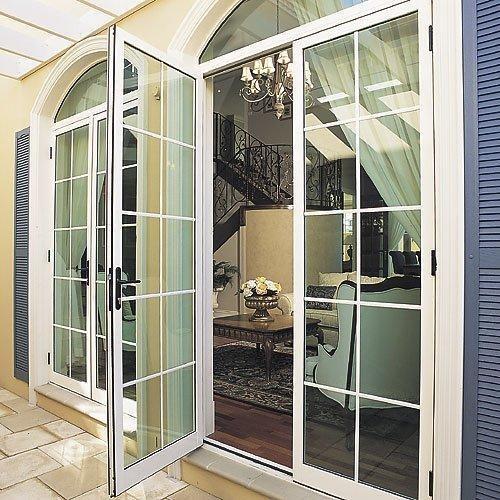 Pintu swing berbahan aluminium kaca