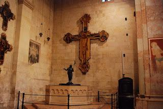 Le grand crucifix accroché est de Lorenzo Veneziano