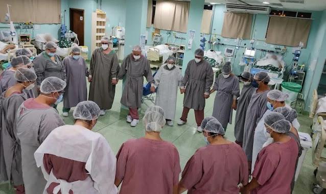 Médicos e enfermeiros oram em meio a leitos de pacientes com Covid-19, em Sorocaba