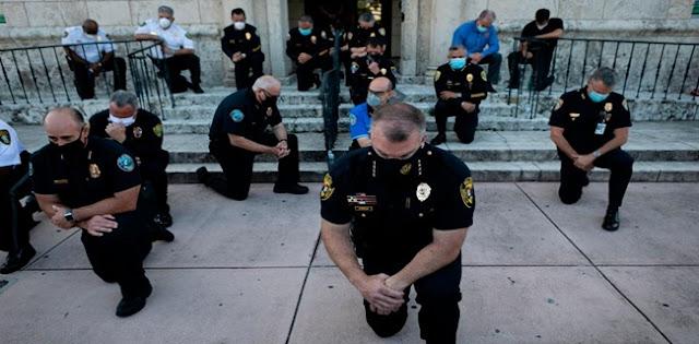 Alih-alih Bertempur, Polisi AS Malah Menurunkan Helm Dan Pentungan Lalu Ikut Dalam Barisan Pendemo