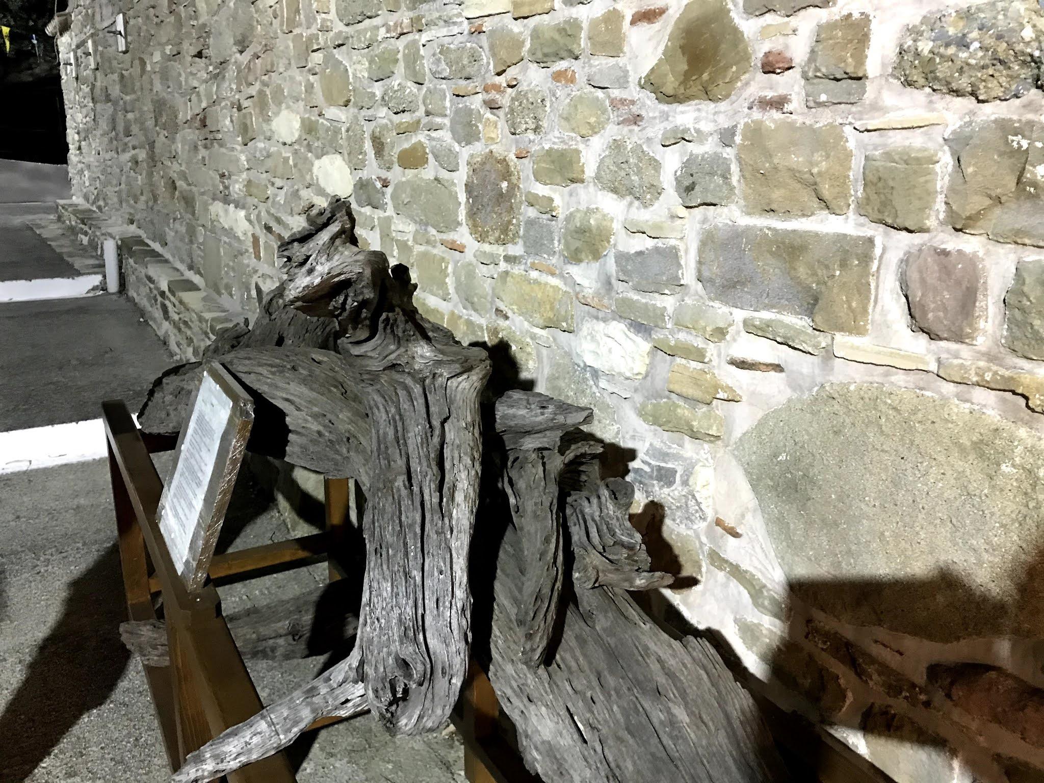 Κάθε βράδυ όμως η εικόνα εξαφανιζόταν από το ναό και το πρωί βρισκόταν στα κλαδιά ενός δέντρου, στο χώρο που είναι κτισμένη σήμερα η εκκλησία.