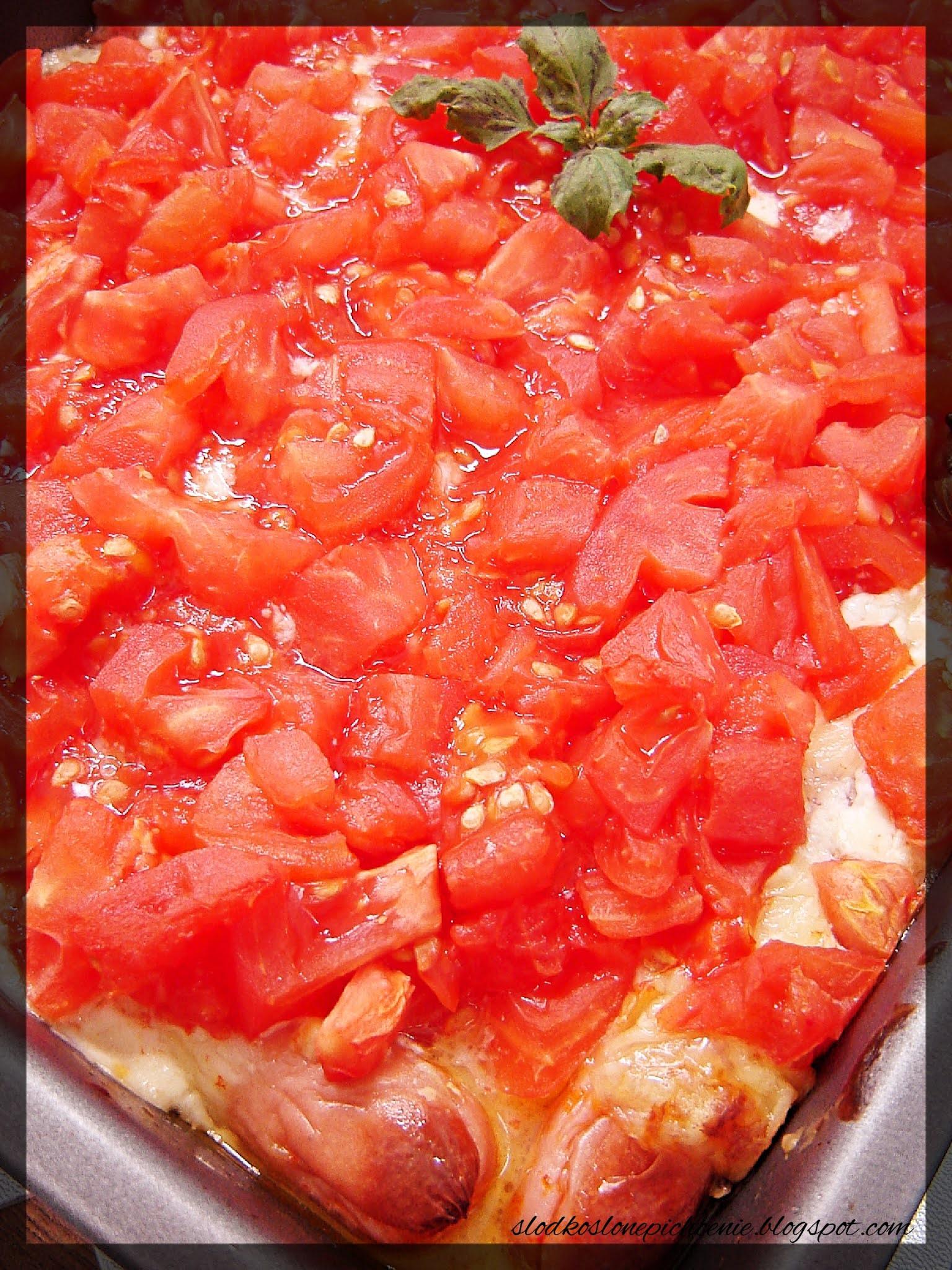 Parówki zapiekane z pomidorami i żółtym serem