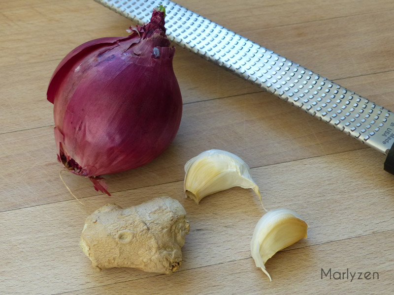 Oignon rouge, ail et gingembre frais.