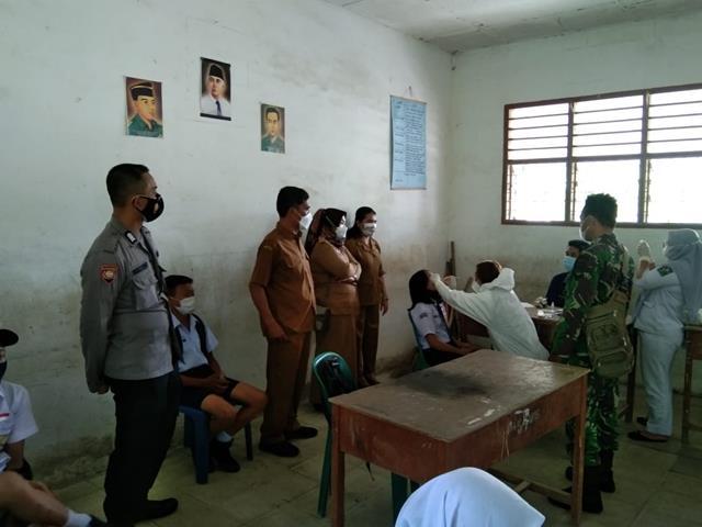 Personel Jajaran Kodim 0207/Simalungun Dampingi Pelaksanaan Vaksin Kepada Anak Didik SMP Negeri Dolok Silau