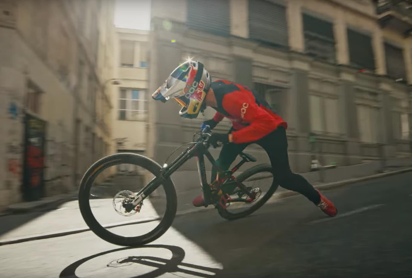 Urban Freeride Lives 3 mit Fabio Wibmer | Rasant von Lyon nach Paris auf dem Bike